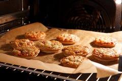bakar ihop pizza Royaltyfri Foto