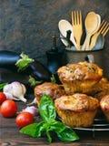 Bakar ihop välsmakande muffin för mellanmål med aubergine, tomater, basilika och ost på träbakgrund Arkivbild