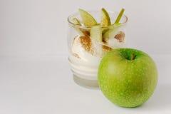 Bakat äpple i den vita plattan Royaltyfri Fotografi