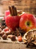 Bakat äpple med julkryddor och muttrar Arkivbild