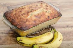 Bakat bananbröd med bananer Royaltyfri Bild