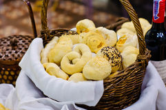 Bakat bröd i korgen Fotografering för Bildbyråer