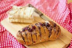 Bakat bröd med ost och torkade körsbär Arkivbild