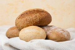 bakat bröd rullar tabellen Royaltyfri Fotografi