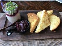 Bakat franskt rostat bröd med gåslever arkivfoto