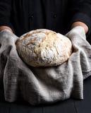 Bakat hemlagat bröd för runda på en grå servett arkivbilder