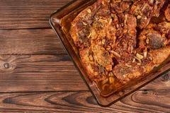 Bakat kött i en exponeringsglascookware arkivfoto