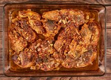 Bakat kött i en exponeringsglascookware fotografering för bildbyråer
