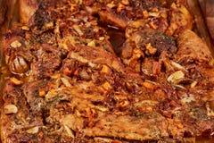 Bakat kött i en exponeringsglascookware royaltyfri bild