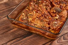 Bakat kött i en exponeringsglascookware royaltyfria foton