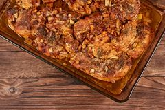 Bakat kött i en exponeringsglascookware arkivfoton