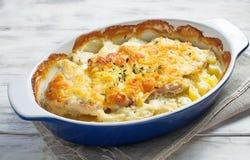 Bakat kött med potatisar och ost fotografering för bildbyråer