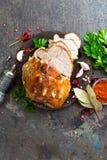 Bakat kött med vitlök och kryddor royaltyfri foto