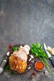 Bakat kött med vitlök och kryddor royaltyfria foton