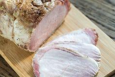 Bakat kött på träbrädet Arkivfoto