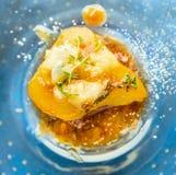 Bakat päron med karamell, gorgonzola och timjan Arkivfoto