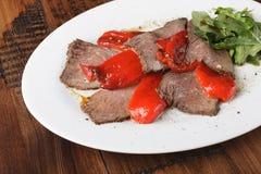 Bakat steknötkött med rucola Royaltyfri Fotografi