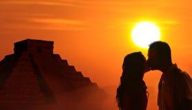 Bakbelyst älska parbröllopsresa i Mayan kultur royaltyfri bild