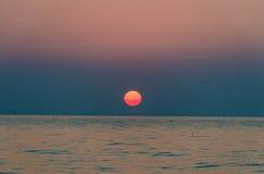 bakbelyst dimmig soluppgång för liggandesommarsolljus Arkivfoton