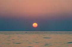 bakbelyst dimmig soluppgång för liggandesommarsolljus Royaltyfri Bild