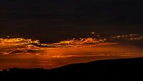 bakbelyst dimmig soluppgång för liggandesommarsolljus Arkivbild