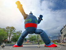 Bakbelyst fotografi av statyn för 18-Metre-Tall Tetsujin 28 Fotografering för Bildbyråer