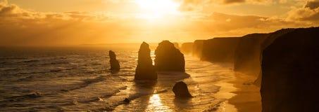 Bakbelyst guld- solnedgång för 12 apostlar Royaltyfria Bilder
