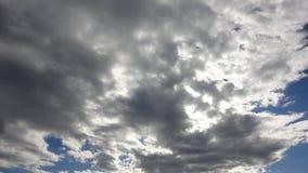 Bakbelysta moln i blå himmel Arkivfoton