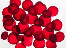Bakbelysta skivor av rödbeta, gör sammandrag texturerad bakgrund Royaltyfri Bild