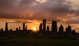 Bakbelysta stenar på solnedgången Arkivfoto