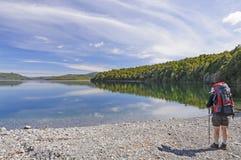 Bakcpacker σε μια αγριότητα lakeshore Στοκ Εικόνα