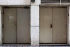 Bakdörren eller den tillbaka ingången av en byggnad målade i vit Arkivbilder