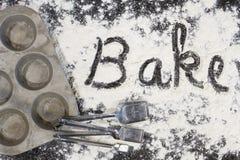 Bake buchstabierte im Mehl stockfotos
