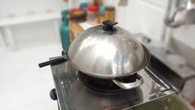 Bake kochend in der Edelstahlwanne stockbilder