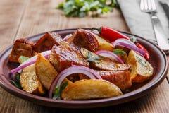 Baked зажарило картошки с плитой мяса стоковые фото