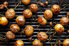 Baked behandla som ett barn potatisar i formsteknålarna på gallerpannan Royaltyfria Foton