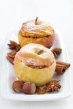 Baked encheu maçãs em uma placa na tabela de madeira branca, vertical Imagem de Stock Royalty Free