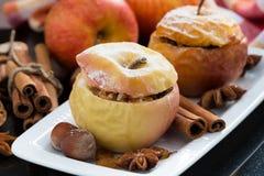 Baked füllte Äpfel auf einer Platte an Stockfotos