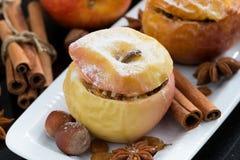 Baked füllte Äpfel auf einer Platte, Draufsicht an Stockfotos