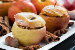 Baked füllte Äpfel auf einer Platte, Nahaufnahme an Lizenzfreie Stockfotografie