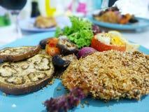 Baked panierte Hühnerbrust mit gegrilltem Gemüse Lizenzfreie Stockfotos