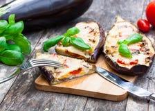 Baked rellenó la berenjena con queso y tomates Imagen de archivo libre de regalías