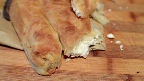 Baked rodó las hojas finas de la pasta con el relleno del queso metrajes