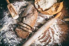 Baked schnitt Brot auf einer Holzoberfläche lizenzfreie stockfotografie