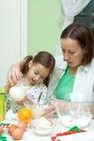 bakeing дочь ее мать кухни Стоковое Фото