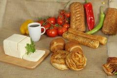 Bakelse och te och ost Arkivbilder