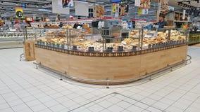 Bakelseavdelning i en supermarket Arkivfoto