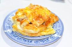 Bakelsecake med ost på träbakgrund royaltyfri fotografi
