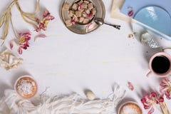 Bakelser och kaffe på vit bakgrund, en fransk konfekt Cakery ram Bästa sikt, kopieringsutrymme arkivbilder