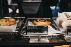 Bakelser och sötsaker på försäljning inom Pret en krubba, London, UK royaltyfria bilder